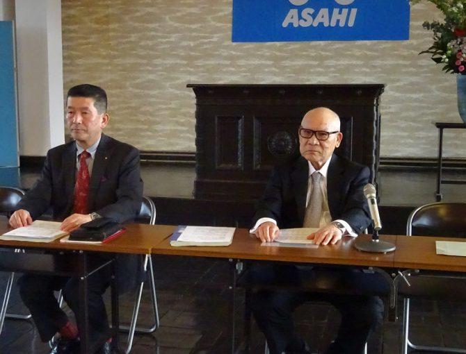 会見するアサヒの佐藤社長と木上管財人
