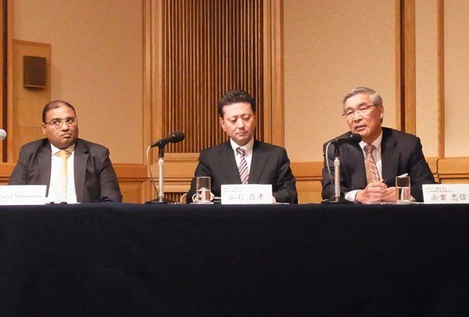 記者会見する右から横浜ゴム南雲会長兼CEO、同山石取締役執行役員、ATG創業者マハンサリア氏