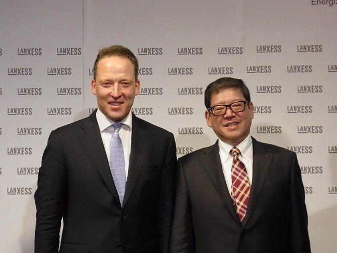 ランクセスのツァハトCEO(左)と日本法人の辻社長