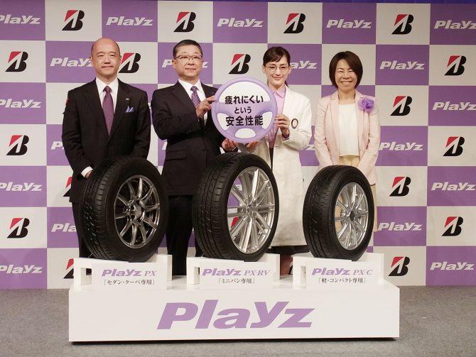 プレイズPXシリーズをアピール(左から坂野本部長、真鍋社長、綾瀬さん、満倉准教授)