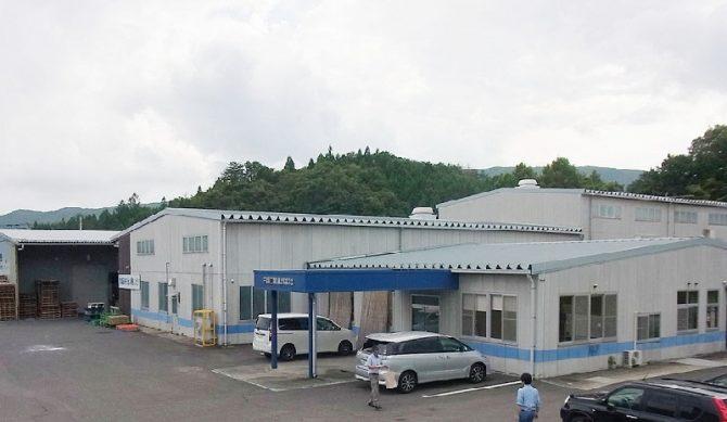 樹脂白物の第1工場および第2工場、手前は事務所、奥は在庫や原料などを保管する倉庫