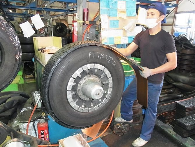 本社工場のリトレッド製造ライン