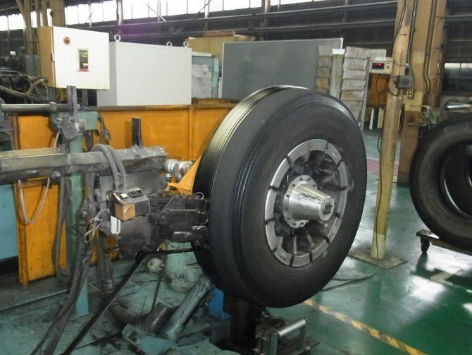 ヨコハマタイヤリトレッド本社・尾道事業所のリトレッドタイヤ成形工程