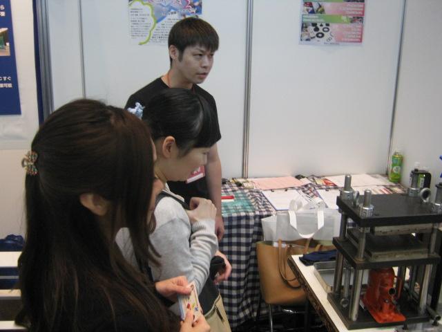 ゴム製品の製造には女性来場者も興味津々