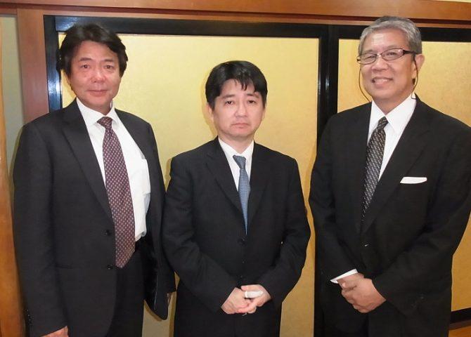 親睦を深める左から杉本会長、中島会長、松岡代表幹事