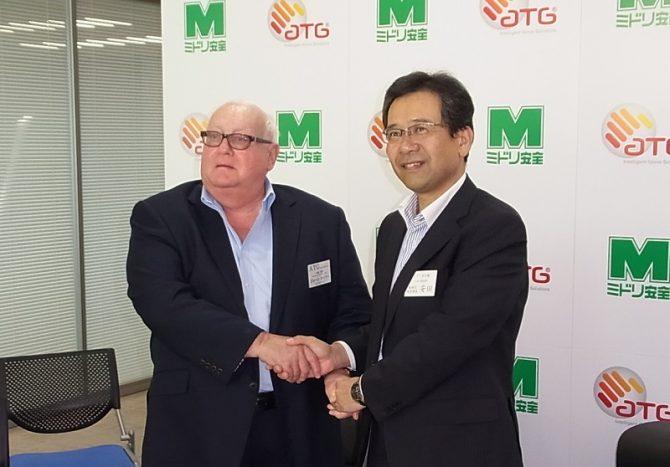 ミドリ安全の安田取締役(右)とATG社のジョーン・テイラーチェアマン