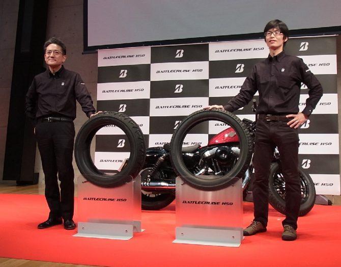 BATTLECRUISE H50を紹介するMCタイヤ事業部長の武田秀幸氏(左)とMCタイヤ開発部設計第2ユニットの時任泰史氏