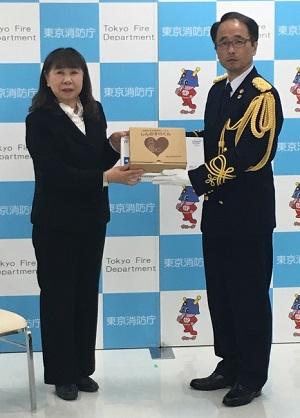 「しんのすけくん」を寄贈する木部社長(左)と松井救急部長
